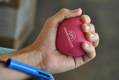 photo du coeur du don du sang dans la main d'un donneur de sang lord du don de sang